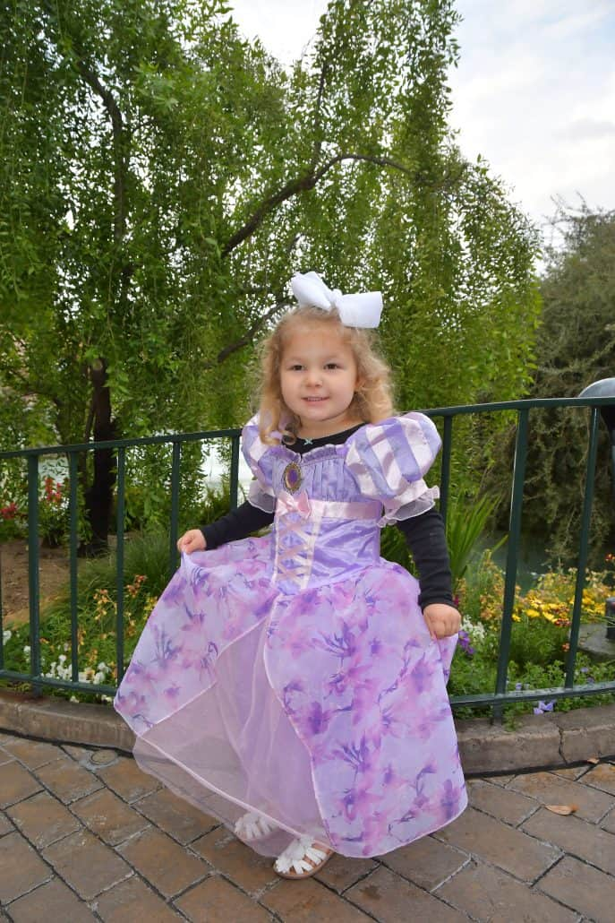 What should kids wear at Disney parks? These Disney vacation outfits for kids will have them cute, cool and comfortable in the parks! Tons of ideas on dressing up for Disney, with tips from head to toe for Disneyland and Disney World vacations.
